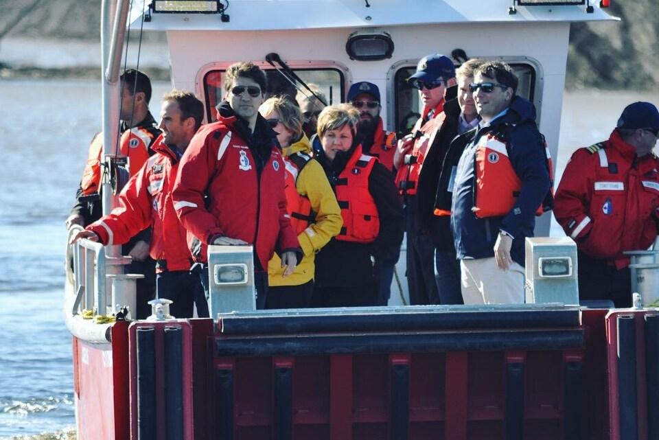 Des personnes sur un bateau.