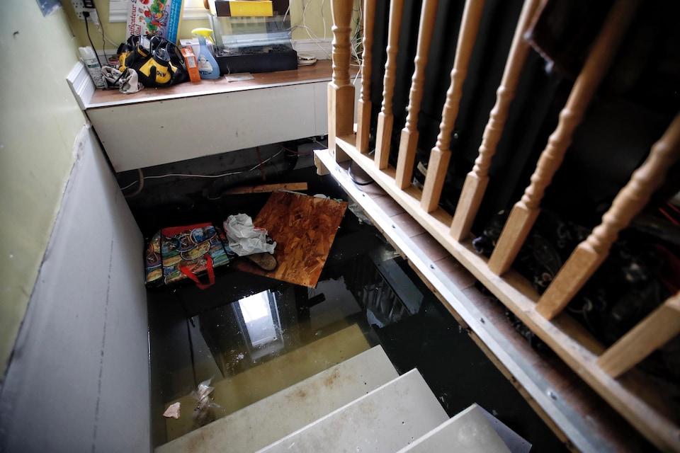 Un sous-sol inondé et des objets qui flottent.