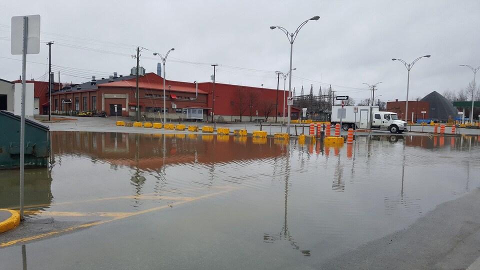 L'eau approche le bâtiment.