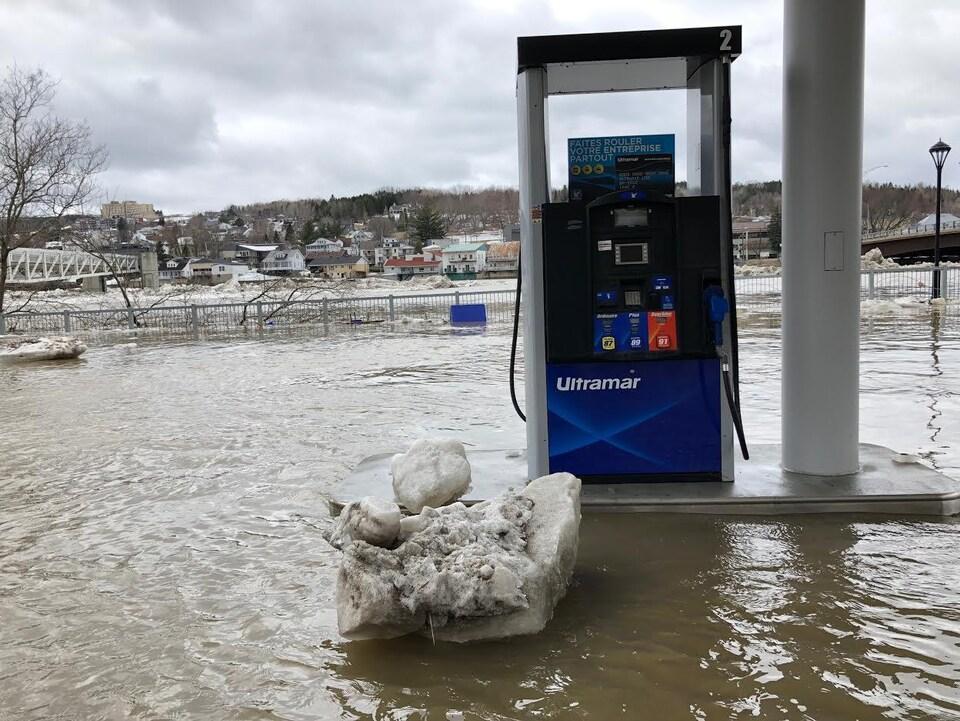 La station-service Ultramar, située près du pont, est inondée.