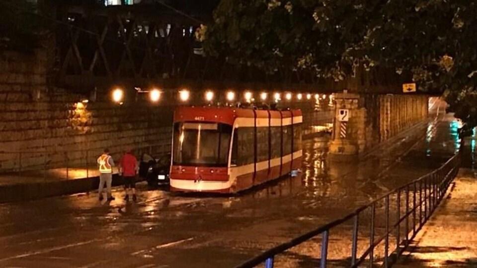 Le tunnel près de l'intersection entre la rue King et l'avenue Atlantic a été inondé dans la nuit de mardi à mercredi. La CTT indique que le service sur la rue King a repris.