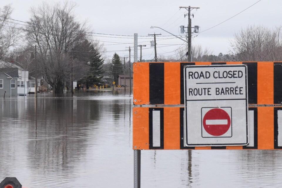 Plusieurs routes sont fermées à la circulation à Fredericton, et les autorités demandent aux automobilistes de respecter les barricades.
