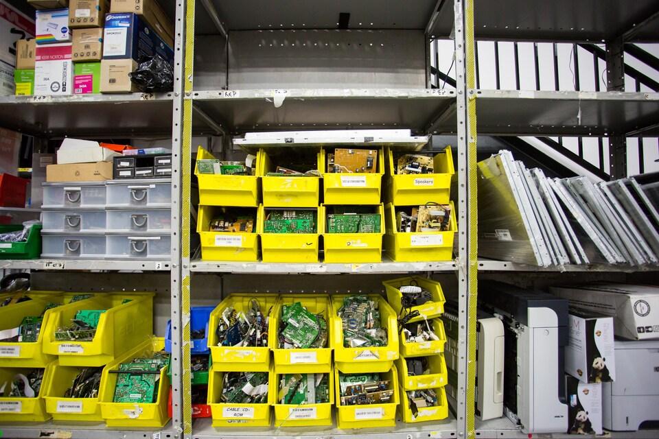 Des circuits électroniques sont classés et placés sur des étagères dans l'entrepôt d'Insertech Angus.