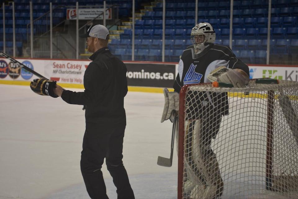Isaak Pelletier écoute avec attention les conseils de l'entraîneur des gardiens des Islanders de Charlottetow, Paul Drew.