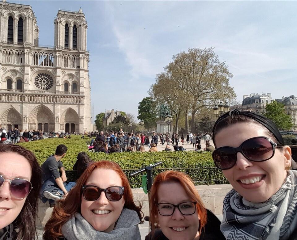 Photo de groupe de touristes québécoises devant Notre-Dame de Paris quelques heures avant l'incendie de la cathédrale