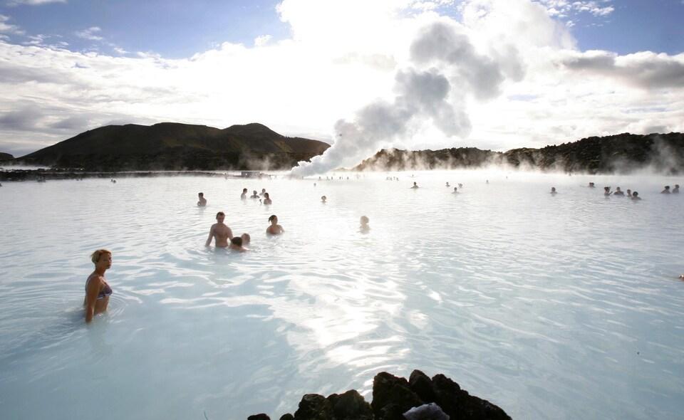 Des baigneurs profitent des sources thermales du Lagon bleu, près de Grindavik, en Islande.