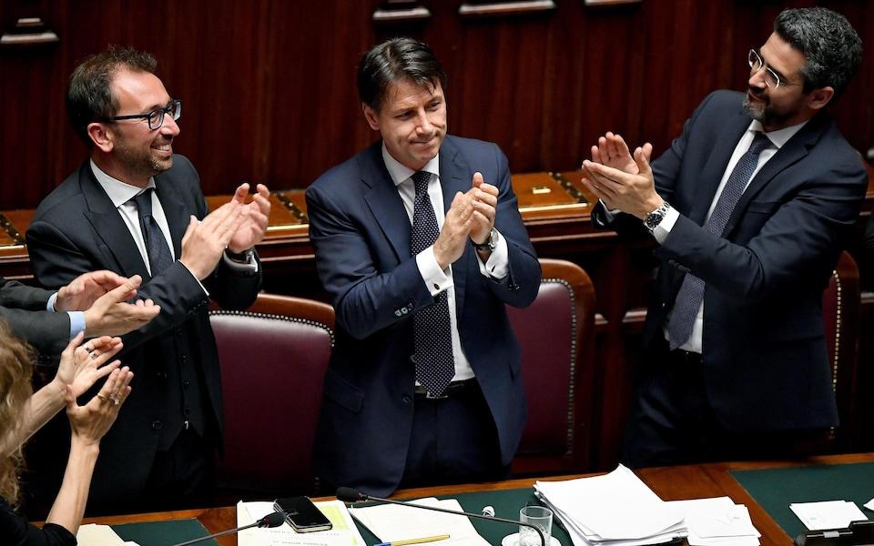 Le premier ministre italien Giuseppe Conte après un vote de défiance des parlementaires. À gauche, le ministre de la Justice Alfonso Bonafede et, à droite, le ministre des Relations parlementaires Riccardo Fraccaro.