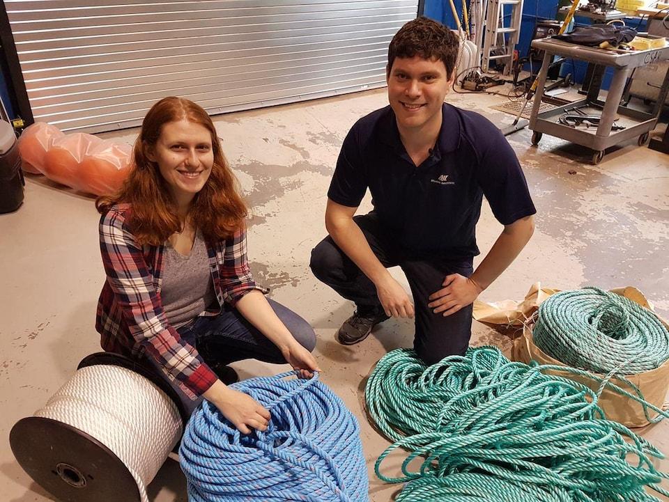 Jackie Saturno et Brett Favaro devant les cordages de pêche testés dans le cadre de l'expérience.