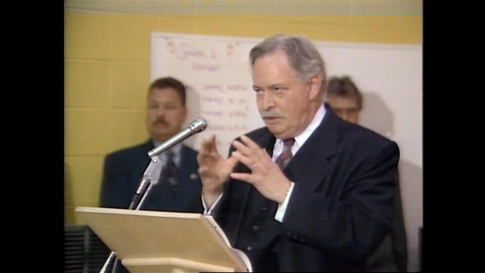 Jacques Parizeau, à Port-Daniel, le 12 mai 1995. Il annonce une aide pour une étude de faisabilité pour la cimenterie.