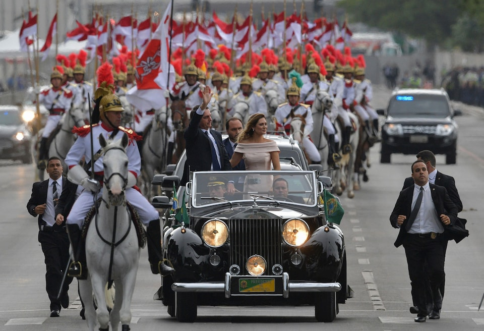 Jair Bolsonaro et sa femme Michelle se rendent à la cérémonie d'assermentation avec une escorte d'apparat composée de cavaliers.