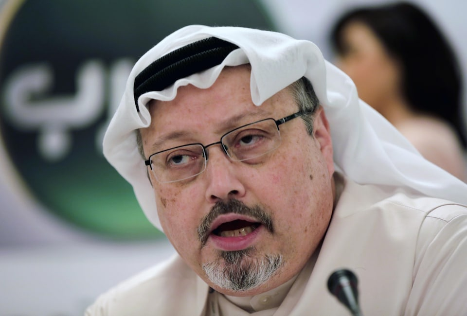 Plan rapproché de Jamal Khashoggi qui parle lors d'une conférence de presse à Manama, à Bahreïn, le 1er février 2015.