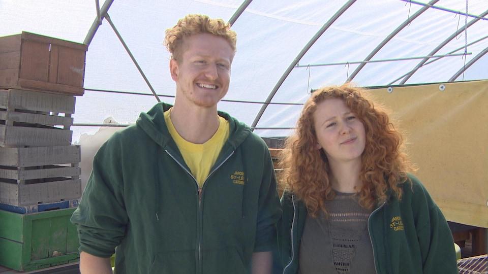Un jeune homme et une jeune femme sourient à la caméra.