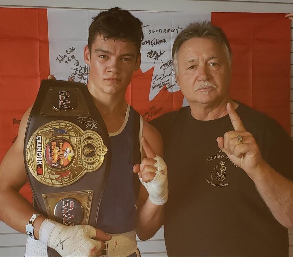 Janick Lacroix porte une ceinture de champion de boxe.
