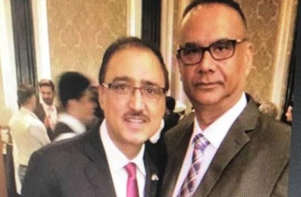 Jaspal Atwal (à droite) et le ministre des Infrastructures, Amarjeet Sohi, posent ensemble lors d'un événement.