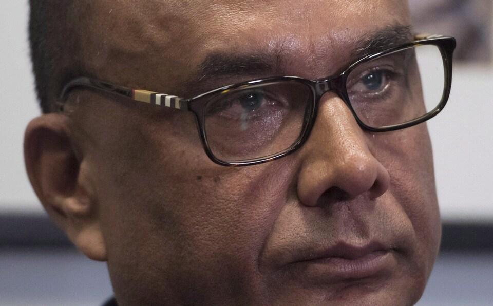 Un homme portant des lunettes photographié de près