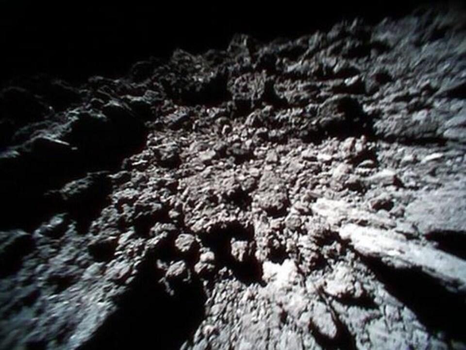 La surface de l'astéroïde Ryugu.