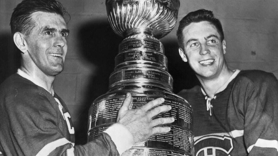 Maurice Richard et Jean Béliveau posent avec la Coupe Stanley