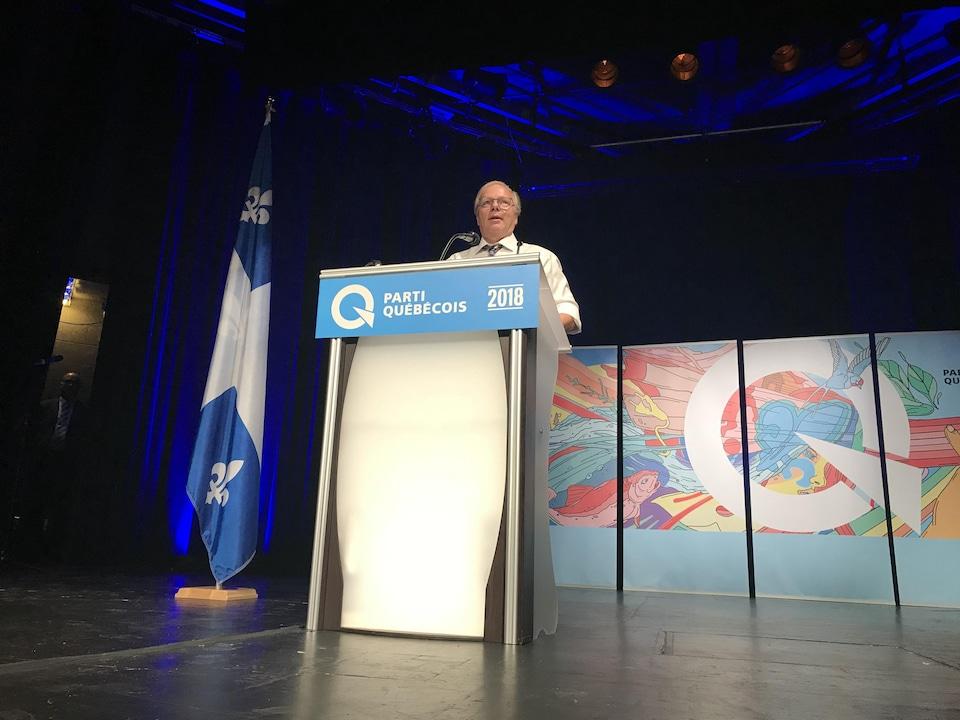 Jean-François lisée parle sur une scène lors de son investiture.