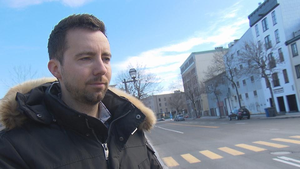 Jean-Philippe Morin en entrevue près d'une traverse piétonnière à Québec