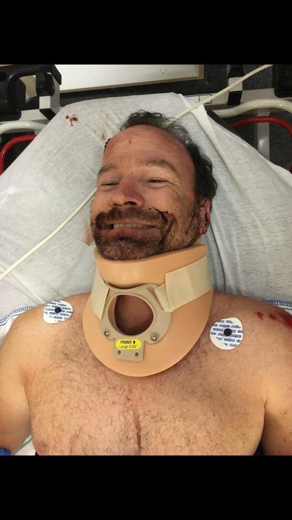 Jean-Pierre Martel sur un lit d'hôpital.