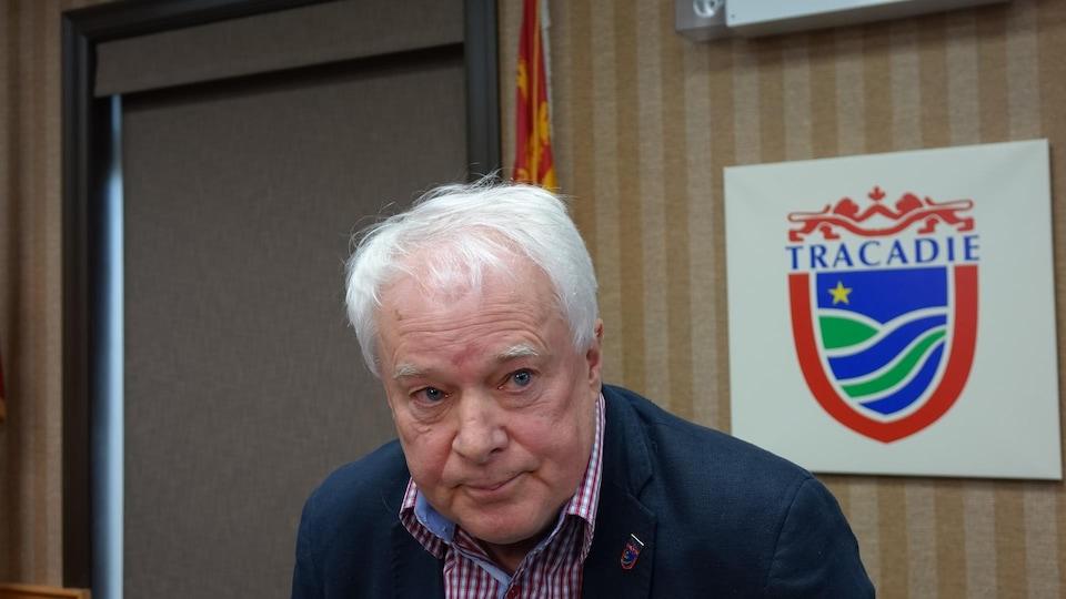 Jean-Yves McGraw assis dans la salle du conseil municipal