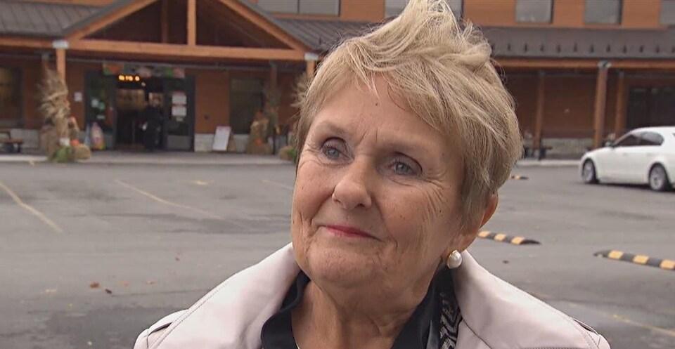 La mairesse d'Hawkesbury devant un centre commercial. (Archives)