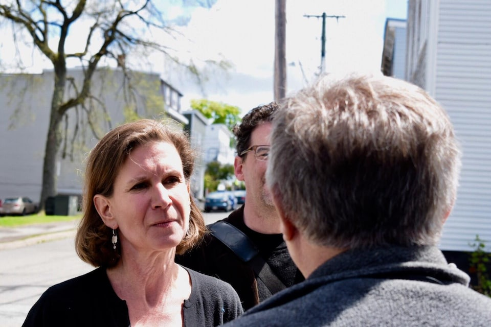 La chef du NPD fait du porte à porte à Saint-Jean, et parle aux citoyens qu'elle rencontre.