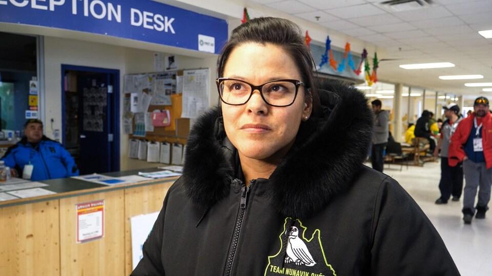 Jennifer Munick avec son manteau de l'équipe Nunavik.