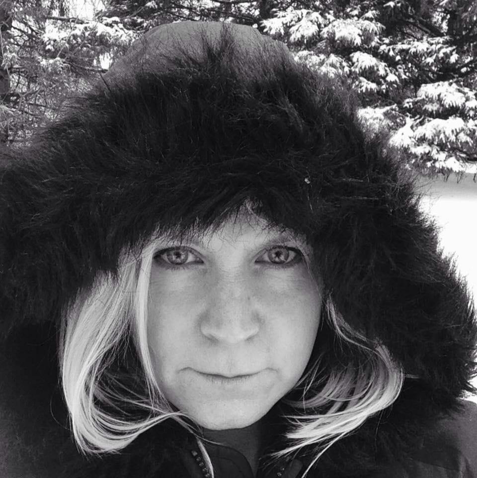 Une femme avec un manteau à capuche en hiver.