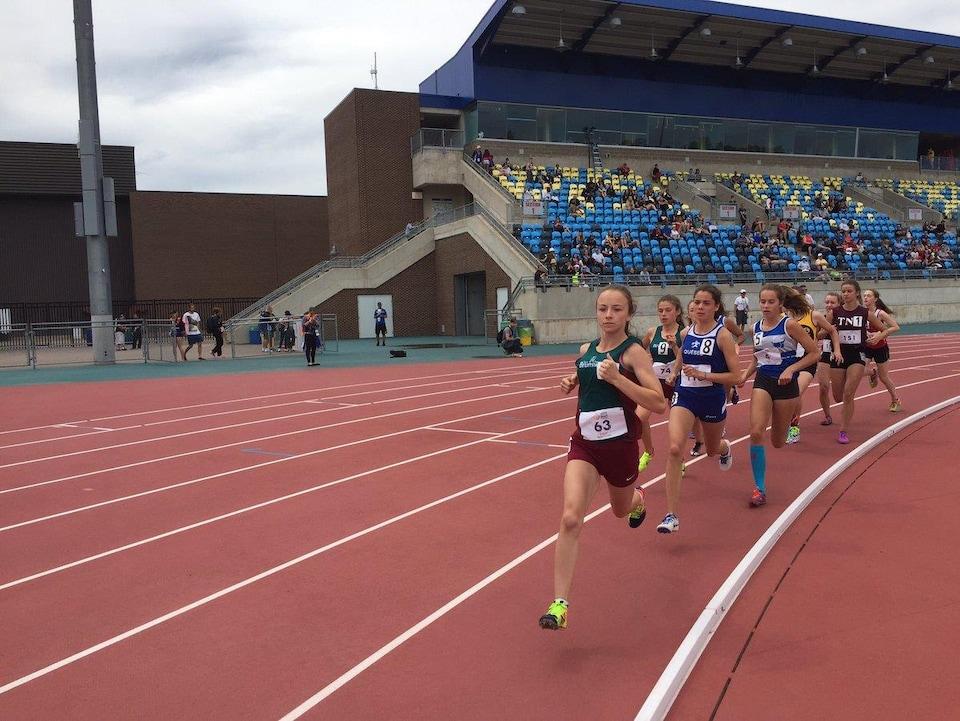 Des athlètes féminines courent sur la piste du stade de Moncton