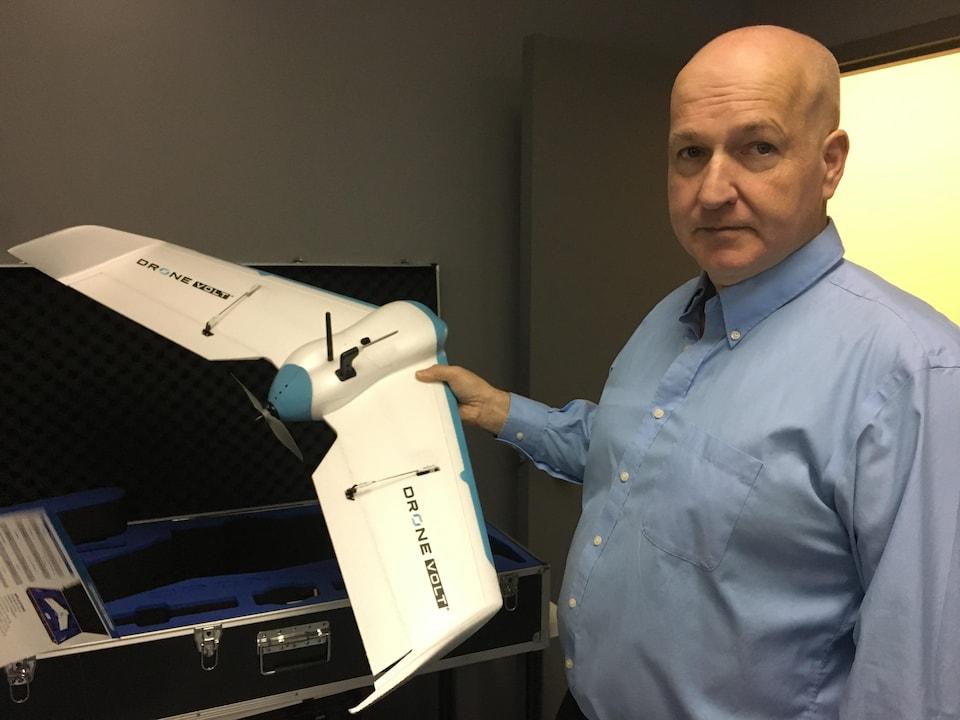 Jean Laroche tient un drone tout juste sorti de son étui.