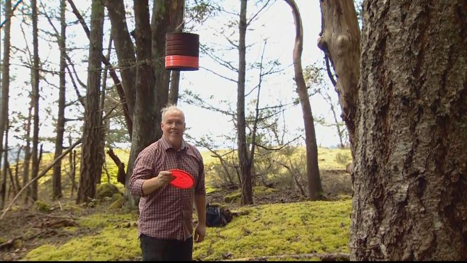 John Horgan joue au disc golf à proximité de sa résidence, en banlieue de Victoria