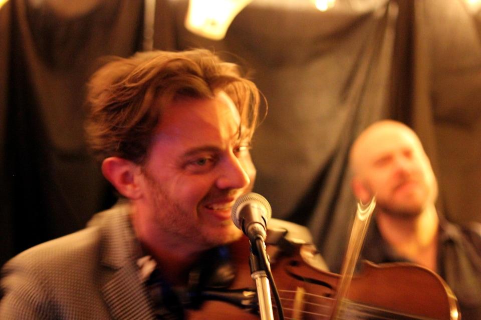 L'artiste joue du violon.