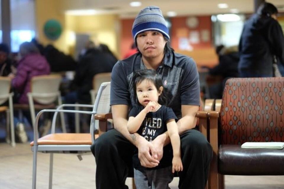 Jordan Strang, 25 ans et sa fille de deux ans, Jordja, posent devant la caméra.