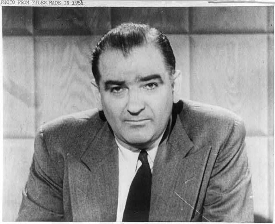 Sénateur de l'État du Winsconsin au Congrès des États-Unis entre 1947 et 1957, Joseph R. McCarthy initie une véritable «chasse aux sorcières» visant à «démasquer» les communistes vivant au pays.