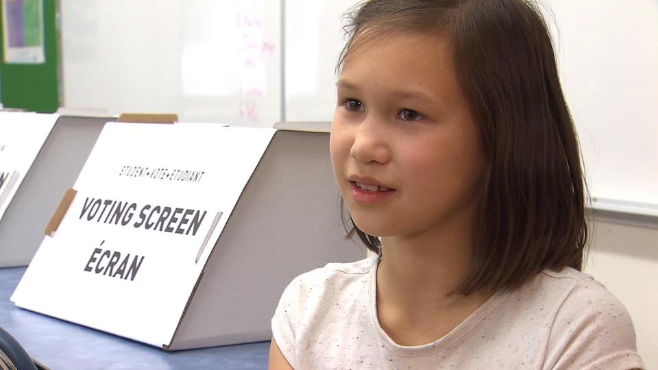 Joséphine assise sans sa salle de classe.