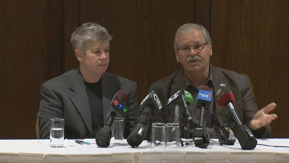 JP Hornick et Warren (Smokey) Thomas du Syndicat des employés de la fonction publique de l'Ontario en conférence de presse.