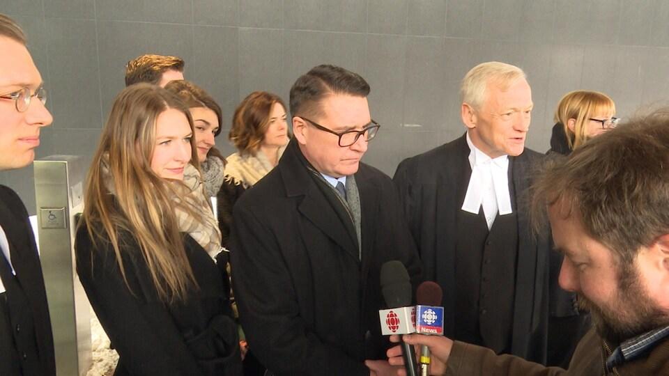 J.P. Levesque avec sa famille et son avocat devant les journalistes.