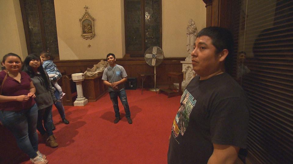 Dans une église, Juan est accompagné de quatre amis.