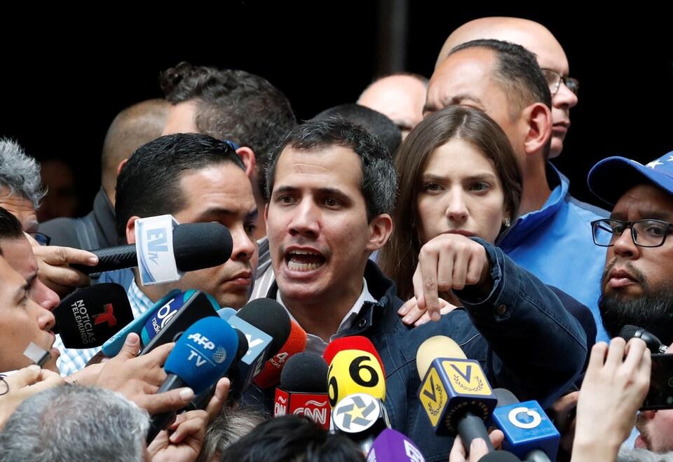 Le président autoproclamé du Venezuela, Juan Guaido, s'adresse aux médias.