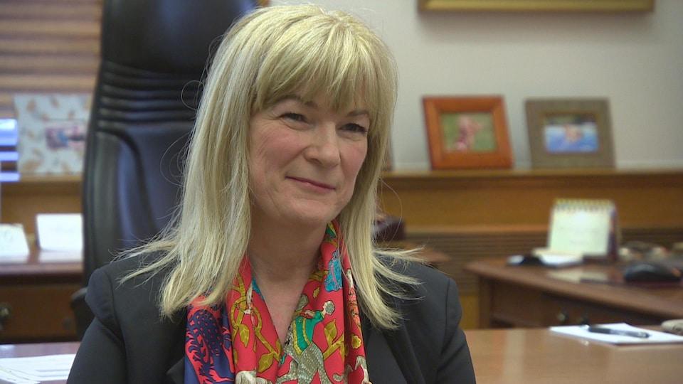 La juge Marianne Rivoalen dans son bureau au palais de justice de Winnipeg.