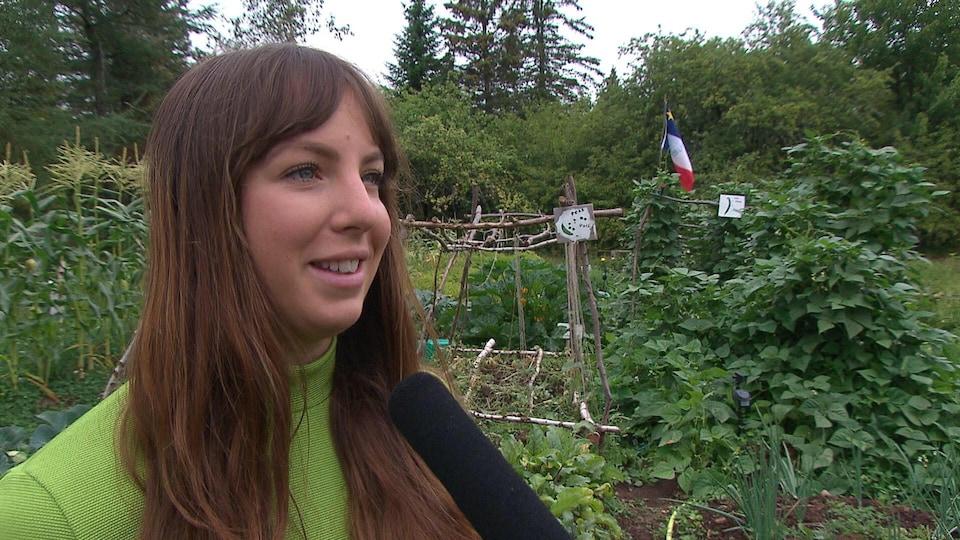 Julie Aubé devant son jardin.