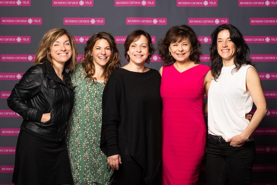 Les actrices Julie Beauchemin, Catherine Renaud, Maude Guérin, Martine Francke et Ève Duranceau se tiennent côte à côte et sourient pour les photographes.