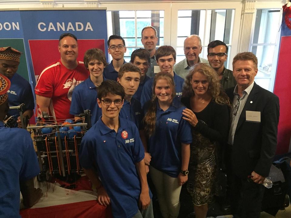 Les élèves du Séminaire de Sherbrooke accompagnés de Julie Payette lors de la compétition Global First Global à Washington en juillets dernier.