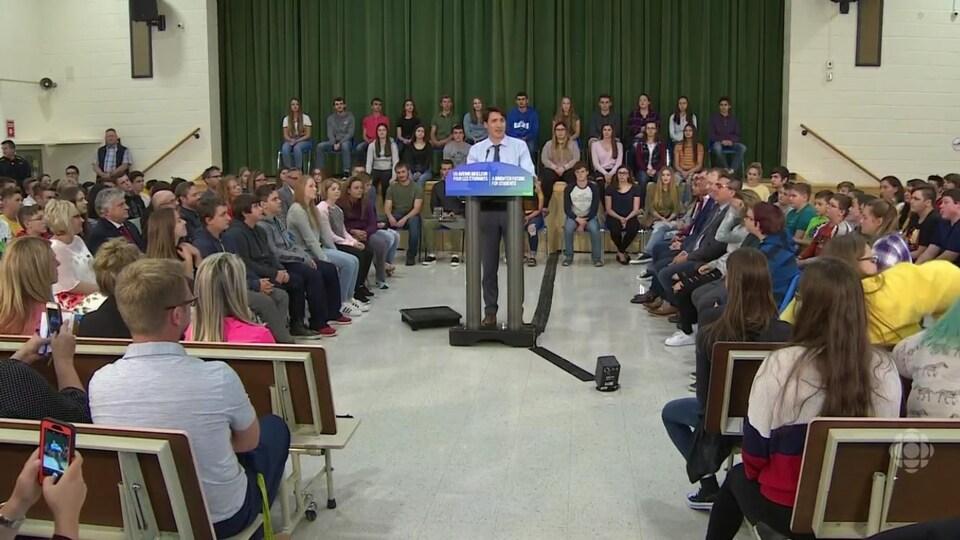 Justin Trudeau devant des élèves dans une école à Kapuskasing, en Ontario.