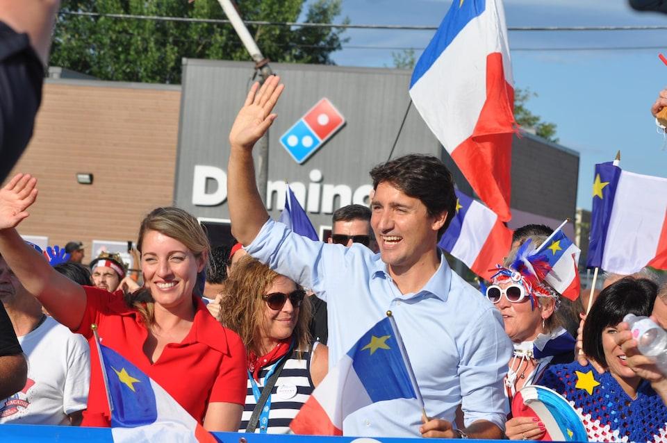 Le premier ministre Justin Trudeau et la ministre Mélanie Joly dans le Tintamarre du Congrès mondial acadien, le 15 août 2019.