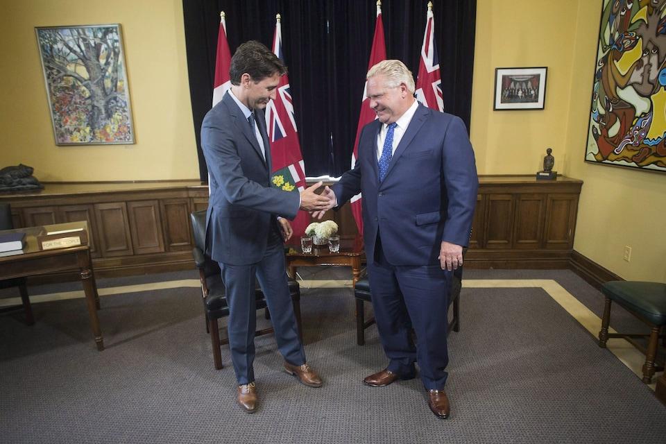 Justin Trudeau et Doug Ford se serrent la main lors d'une rencontre à Queen's Park.