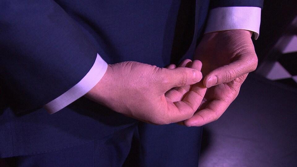 Gros plan des mains de la statue.