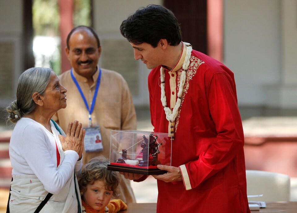 Le premier ministre du Canada, Justin Trudeau, reçoit un souvenir lors de sa visite à l'Ashram de Gandhi, à Ahmedabad, en Inde, le 19 février 2018.