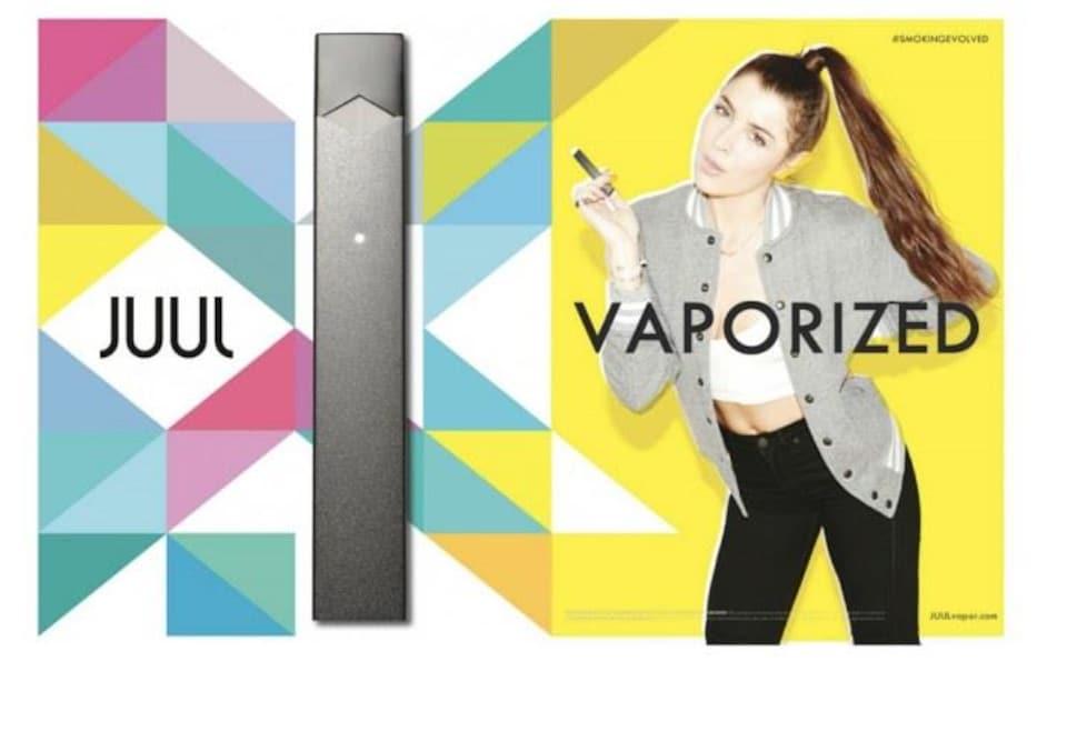 Une cigarette électronique Juul (à gauche) et une jeune (à droite), dans un environnement très coloré, utilise le produit dans une pose décontractée